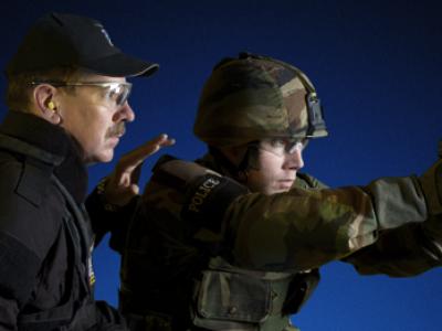 Инструктор по стрельбе из пистолета