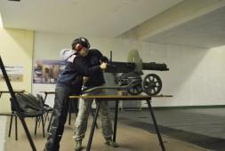 Соревнование по стрельбе, ребенок с ограниченными возможностями стреляет из пулемёта.