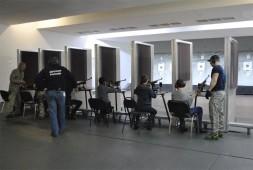 Дети на позициях, принимают участие в соревновании по стрельбе.